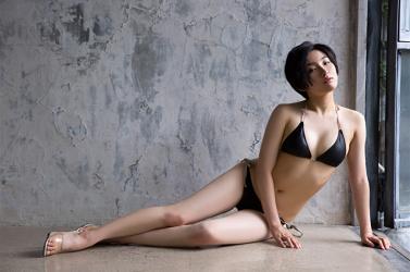 悠羽冴是日本漂亮可愛年輕『泳裝偶像・女演員』,穿著黑色比基尼泳衣,她躺在房子走廊上。