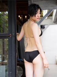 悠羽冴是日本漂亮可愛年輕『平面寫真偶像・女演員』,穿著黑色比基尼泳衣,她顯示『背部・臀部』。