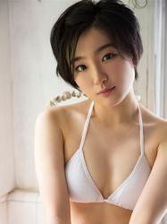 悠羽冴是日籍美麗可愛年輕『泳裝偶像・女演員』,穿著白色比基尼泳衣。