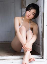 悠羽冴是日籍美麗可愛年輕『三點式泳裝模特兒・女演員』,她穿著白色比基尼泳衣,她以體育坐姿勢坐著。