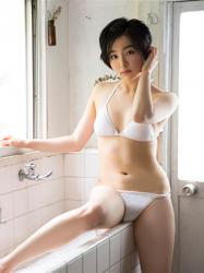 悠羽冴是日籍美麗可愛年輕『寫真偶像・女演員』,她坐在盥洗室裡。