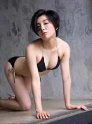 悠羽冴是日本漂亮可愛年輕『泳裝偶像・女演員』,穿著黑色比基尼泳衣,她俯臥在房子地板上。