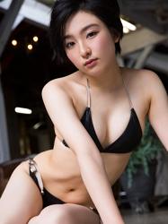 悠羽冴是日本漂亮可愛年輕『平面寫真偶像・女演員』,穿著黑色比基尼泳衣。