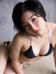 悠羽冴是日本漂亮可愛年輕『平面寫真偶像・女演員』,穿著黑色比基尼泳衣,她坐在地板上。