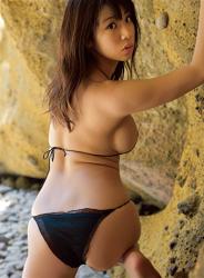 陽楓實穿著黑色比基尼泳衣,她露出背部,她的胸圍是96厘米,她是日本性感豐胸『泳裝模特兒・女演員』,是一位有性魅力的女性。