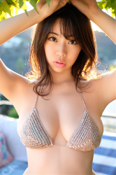 陽楓實穿著灰色比基尼泳裝,她的乳房看起來很大,她的胸圍是96厘米,她是日籍性感豐胸『寫真偶像・女演員』,是一位有性魅力的女性。
