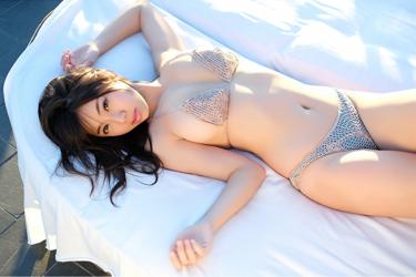 陽楓實穿著灰色比基尼泳裝,她躺在床上,她的胸圍是96厘米,她是日籍性感豐胸『泳裝偶像・女演員』,是一位有性魅力的女性。