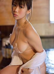 陽楓實穿著肉色女內衣,正在泡溫泉,她的胸圍是96厘米,她是日籍性感豐胸『三點式泳裝模特兒・女演員』,是一位有性魅力的女性。