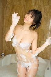 陽楓實在淋浴間,穿著肉色比基尼泳衣,她的胸圍是96厘米,她的全身都充滿了肥皂泡,她是日籍性感豐胸『泳裝女模・女演員』,是一位有性魅力的女性。