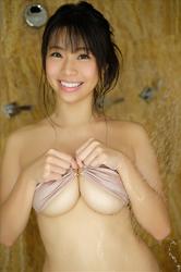 陽楓實在淋浴間,穿著肉色比基尼泳衣,她正在沖涼,她的胸圍是96厘米,她是日籍性感豐胸『三點式泳裝模特兒・女演員』,是一位有性魅力的女性。