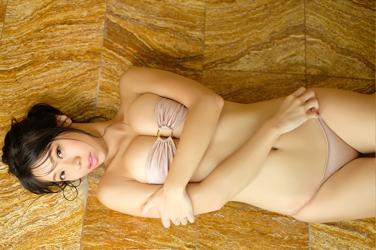 陽楓實在淋浴間,穿著肉色比基尼泳衣,她躺在淋浴間的地上,她的胸圍是96厘米,她是日籍性感豐胸『泳衣女模・女演員』,是一位有性魅力的女性。