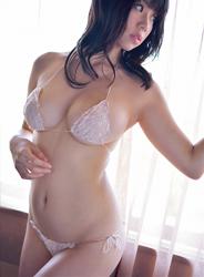 陽楓實穿著白色女內衣,她的超大乳房引人注目,她的胸圍是96厘米,她是日籍性感豐胸『寫真偶像・女演員』,是一位有性魅力的女性。