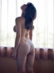 陽楓實穿著白色女內衣,她露出了她的『背部・臀部』,她的胸圍是96厘米,她是日籍性感豐胸『寫真偶像・女演員』,是一位有性魅力的女性。