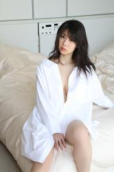 陽楓實穿著非常大的白色剪裁襯衫,坐在床上,幾乎可以看到她的乳房,她的胸圍是96厘米,她是日籍性感豐胸『寫真偶像・女演員』,是一位有性魅力的女性。