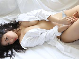 陽楓實穿著非常大的白色剪裁襯衫,灰色女內褲,躺在床上,幾乎可以看到她的乳房,她的胸圍是96厘米,她是日籍性感豐胸『平面寫真偶像・女演員』,是一位有性魅力的女性。