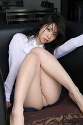 陽楓實穿著『白色女襯衫・深藍色裙子』,露出白色女內褲,非常性感,她以體育坐姿勢坐著,她的胸圍是96厘米,她是日籍性感豐胸『寫真女優・女演員』,是一位有性魅力的女性。