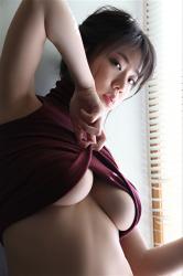 日本性感巨乳泳衣模特兒『陽楓實』身穿酒紅色高領背心,是一位有性魅力的女性。她用自己的方式表現出她的『巨乳・美乳』,她的胸圍是96厘米,她是日籍性感豐胸『凹版偶像・女演員』,是一位有性魅力的女性。