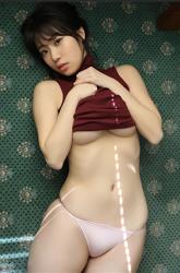 日本性感巨乳泳衣模特兒『陽楓實』身穿『酒紅色高領背心・粉紅色女內褲』,她躺在綠色地板上,是一位有性魅力的女性。她用自己的方式表現出她的『巨乳・美乳』,她的胸圍是96厘米,她是日籍性感豐胸『凹版偶像・女演員』,是一位有性魅力的女性。
