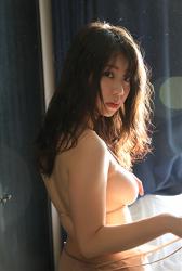 陽楓實穿著肉色女內衣,她顯示了她的背影,她用自己的方式表現出她的『巨乳・美乳』,她的胸圍是96厘米,她是日籍性感豐胸『凹版偶像・女演員』,是一位有性魅力的女性。