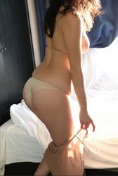 陽楓實穿著肉色女內衣,她顯示了『背部・臀部』,她用自己的方式表現出她的『巨乳・美乳』,她的胸圍是96厘米,她是日籍性感豐胸『凹版偶像・女演員』,是一位有性魅力的女性。