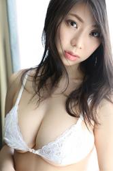 陽楓實穿著白色女內衣,她用自己的技巧顯示她的『巨乳・美乳』,她的胸圍是96厘米,她是日籍性感豐胸『泳裝偶像・女演員』,是一位有性魅力的女性。