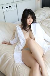 陽楓實穿著非常大的白襯衫,灰色女內褲,坐在床上,幾乎可以看到她的乳房,她的胸圍是96厘米,她是日籍性感豐胸『寫真偶像・女演員』,是一位有性魅力的女性。