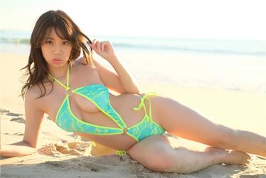 陽楓實穿著熒光黃綠色比基尼泳衣,她躺在沙灘上,她的胸圍是96厘米,她是日籍性感巨乳『比基尼泳裝模特兒・女演員』,是一位有性魅力的女性。
