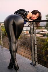 陽楓實穿著黑色緊身連衣褲,露出屁股,她的胸圍是96厘米,她是日本性感豐胸『三點式泳裝模特兒・女演員』,是一位有性魅力的女性。