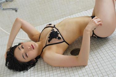 悠羽冴是日本漂亮可愛年輕『寫真女優・女演員』,穿著黑色比基尼泳衣,她躺在浴室地面上。