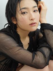 悠羽冴是日本漂亮可愛年輕『平面寫真偶像・女演員』,穿著半透明的黑色女襯衫。