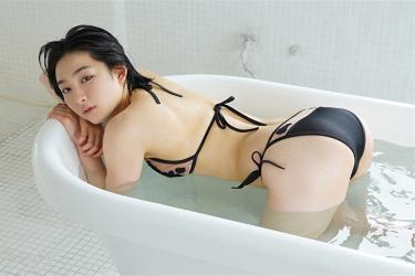 悠羽冴是日本漂亮可愛年輕『寫真偶像・女演員』,穿著黑色比基尼泳衣,她沉浸在浴缸裡。