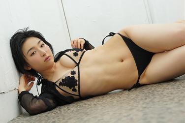 悠羽冴是日本漂亮可愛年輕『泳裝女模・女演員』,穿著黑色比基尼泳衣,她躺在走廊上。