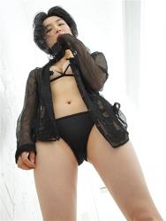 悠羽冴是日本漂亮可愛年輕『泳裝女模・女演員』,穿著『黑色比基尼泳衣・半透明黑色女襯衫』,她站在走廊上。