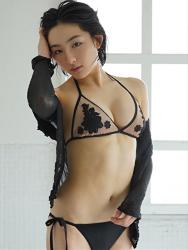 悠羽冴是日本漂亮可愛年輕『泳裝女模・女演員』,穿著黑色比基尼泳衣,她站在浴室裡。