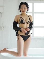 悠羽冴是日本漂亮可愛年輕『寫真偶像・女演員』,穿著黑色比基尼泳衣,她站在浴缸裡。