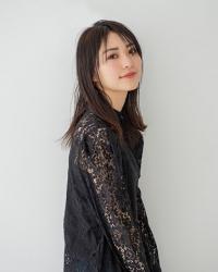 這是『梨己未』全身的照片,她是日籍成熟美女『時裝模特兒・平面廣告模特兒』,她的身高是171厘米,身材高挑,她的時尚基礎是黑色,她的身材十分俏麗。