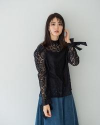 梨己未穿著『黑色女襯衫・藍色裙子』,她是日籍成熟美女『服裝模特兒・平面廣告模特兒』,她的身高是171厘米,身材高挑,她的身材十分俏麗。