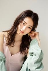 須美里是個高個子的日本時裝模特兒,她的身高是174厘米,身材高挑,她穿著『翠綠色女襯衫・粉紅色吊帶背心』,她的身材十分俏麗。