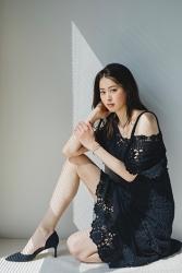 須美里是位高個子的日本時尚模特兒,她的身高是174厘米,身材高挑,她穿著『黑色連衣裙・黑色鞋子』,她的身材十分俏麗。