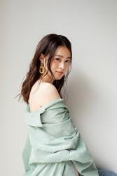 須美里是個高個子的日本時裝模特兒,她的身高是174厘米,身材高挑,她穿著『翠綠色女襯衫・牛仔褲』,她的身材十分俏麗。