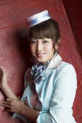 彩梨杏是日本漂亮可愛『寫真偶像・女演員・電視藝人』,她穿著淡藍色的女式西服,而且她戴著漂亮的『帽子・圍巾』。