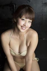 彩梨杏穿著米色比基尼泳衣,她是日籍漂亮可愛『寫真女優・女演員・電視藝人』。