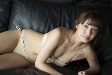 彩梨杏脫下了漂亮的女士西服,顯示了米色比基尼泳裝,她俯臥在黑色沙發上,她是日籍漂亮可愛『凹版偶像・女演員・電視藝人』。