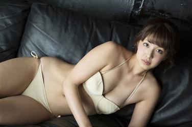 彩梨杏脫下了漂亮的女士西服,顯示了米色比基尼泳裝,她躺在黑色沙發上,她是日籍漂亮可愛『凹版偶像・女演員・電視藝人』。