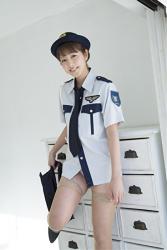日本漂亮可愛『寫真偶像・女演員・電視藝人』已開始脫下女警服裝,她脫下了深藍色裙子,她的名字叫做『彩梨杏』。