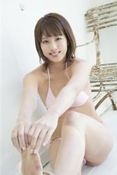 日本漂亮可愛『凹版偶像・女演員・電視藝人』,她的名字叫做『彩梨杏』,她穿著粉紅色比基尼泳衣。
