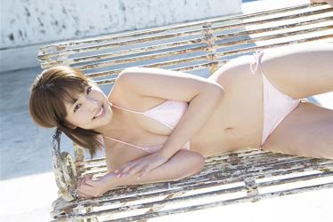 日本漂亮可愛『凹版偶像・女演員・電視藝人』,她的名字叫做『彩梨杏』,她穿著粉紅色比基尼泳衣,她躺在長凳上。