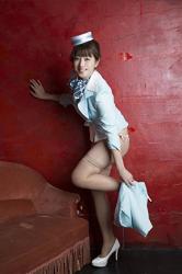 彩梨杏開始脫下漂亮的女士西服,她脫下淺藍色裙子,可是她仍然戴著『帽子・圍巾』,她是日籍漂亮可愛『平面寫真偶像・女演員・電視藝人』。