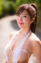 繪依良穿著非常性感的白色性感泳衣,她的胸圍是87厘米,她有健康美麗乳房,她身材苗條,體型優美,她是日本性感美乳寫真偶像,是一位有性魅力的女性。