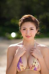 繪依良穿著黃紫豹紋三點式泳裝,她的胸圍是87厘米,她身材苗條,體型優美,她是日本性感美乳凹版偶像,是一位有性魅力的女性。